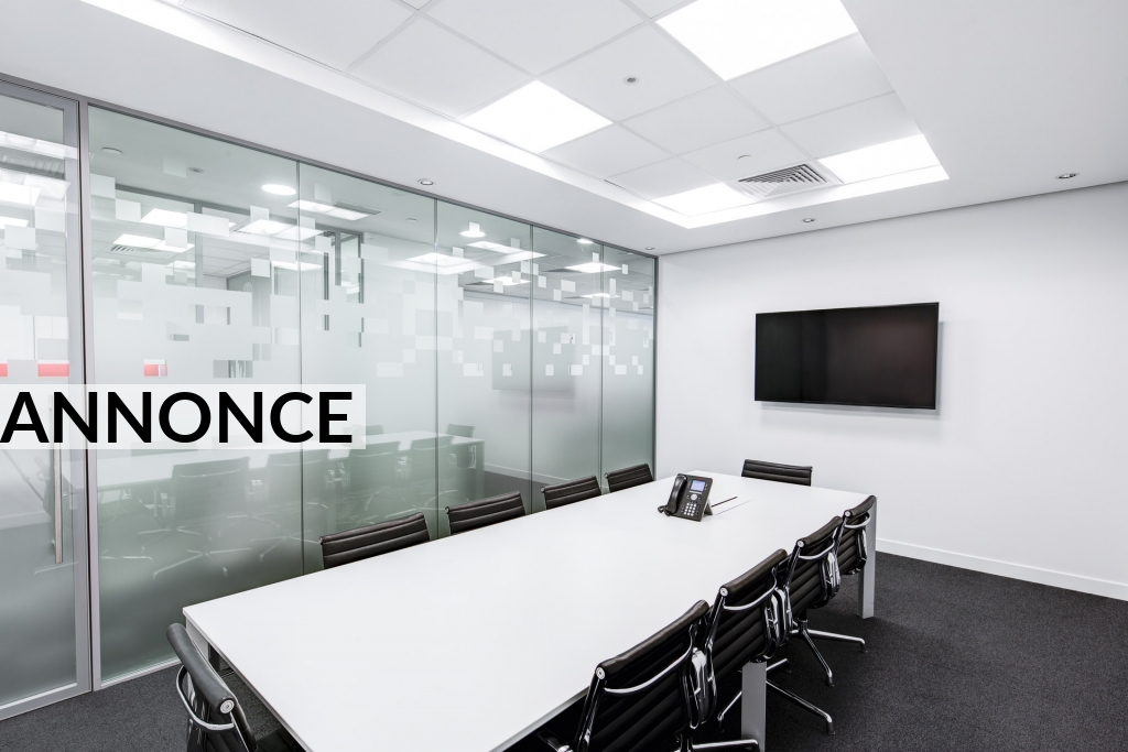 Led lysrörsarmatur lyser upp kontoret med värme